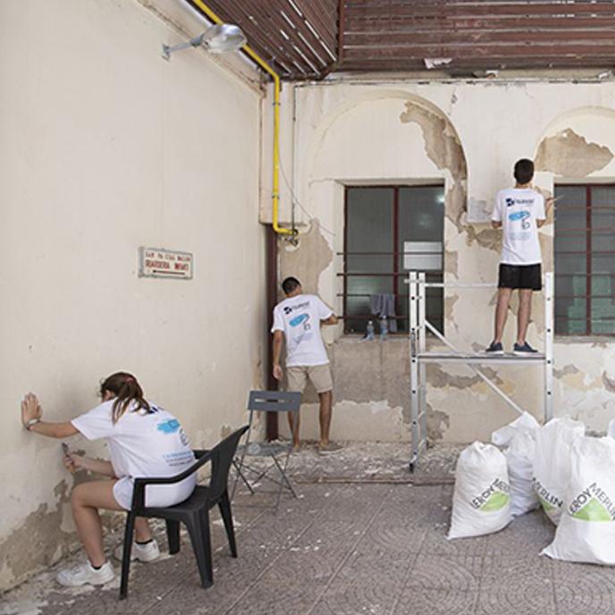 200 voluntarios arreglan y pintan la parroquia de San Pascual Baylón con productos Isaval