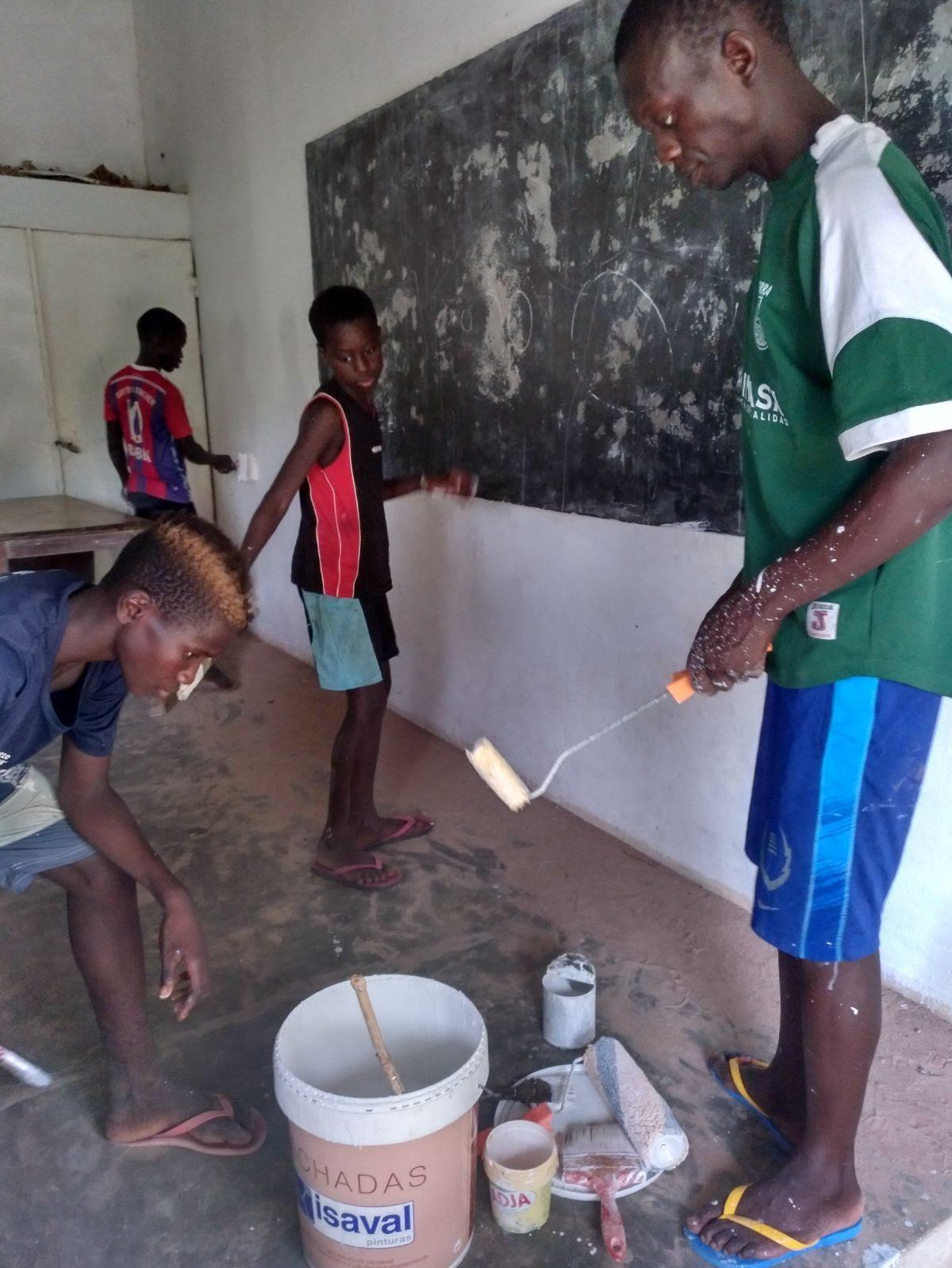 Colaboración ONGD Miradas al Mundo, pintando en Guinea Bissau.