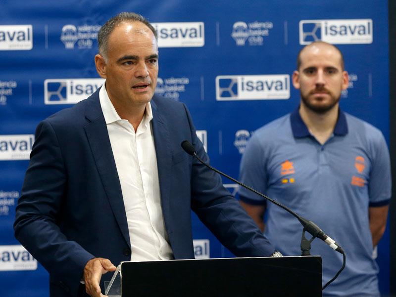 Quino Colom, presentado en la Tienda Pinturas Isaval de Aldaya como jugador de Valencia Basket.