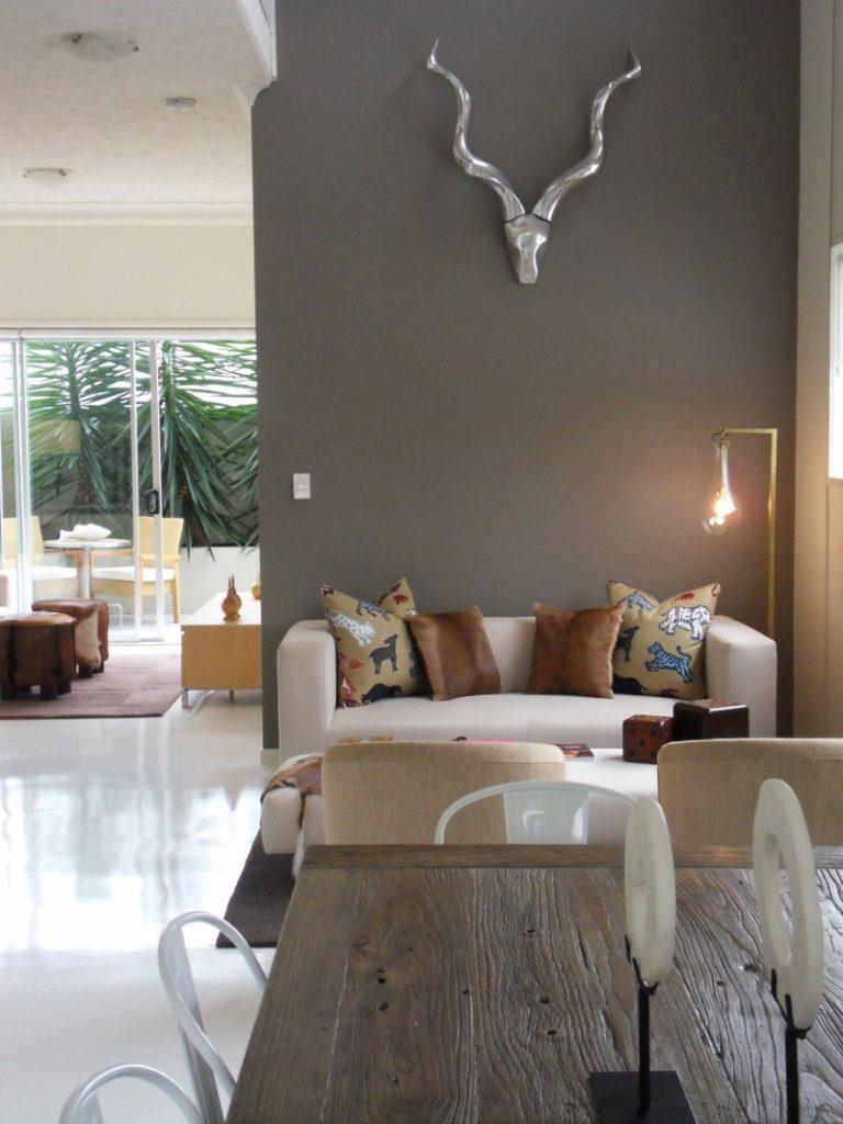 Lunes del color pintando la casa de gris claro isaval for Casas pintadas de gris