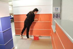 Lara Costafreda pintando con Pinturas Isaval el Hospital de Vilanova