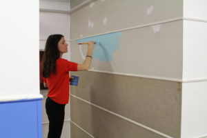 Lara Costafreda pintando con Acquatex de pinturas Isaval