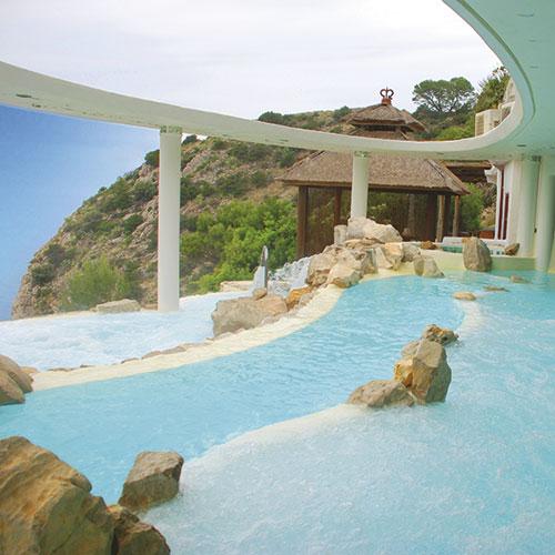 Una de las 10 piscinas pintada con productos Isaval.