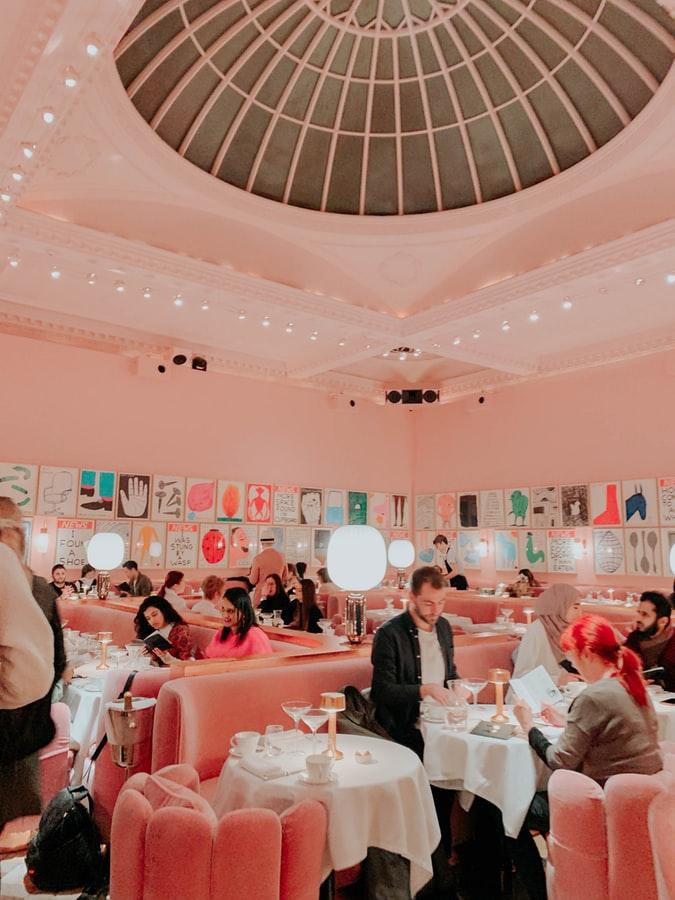 sala restaurante en colores paste